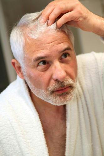 Tingere i capelli di grigio uomo